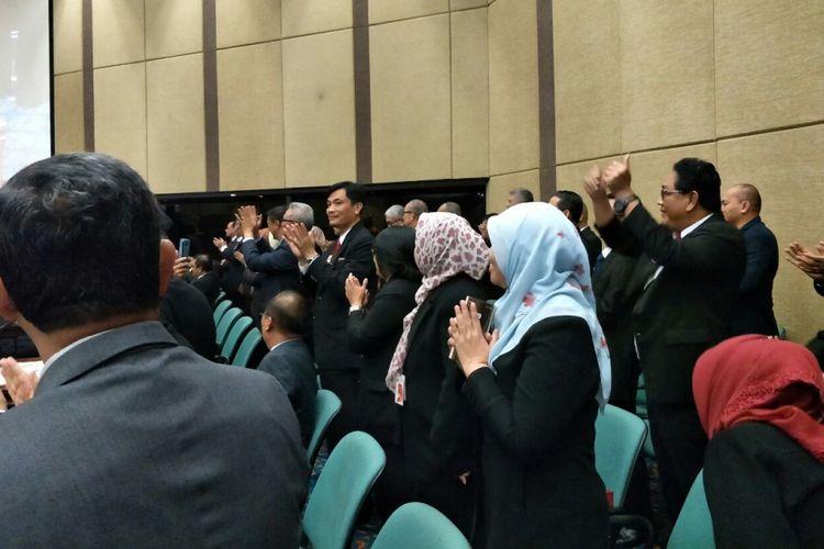 Pejabat DKI bersorak dan bertepuk tangan setelah BPK memberi opini wajar tanpa pengecualian (WTP) untuk tahun anggaran 2017 di rapat paripurna, Gedung DPRD DKI Jakarta, Senin (28/5/2018).