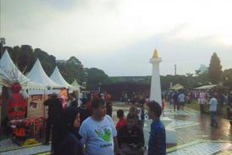 Sejumlah pengunjung di Pesta Rakyat Jakarta (PRJ) Senayan pada Selasa (2/6/2015) sore.