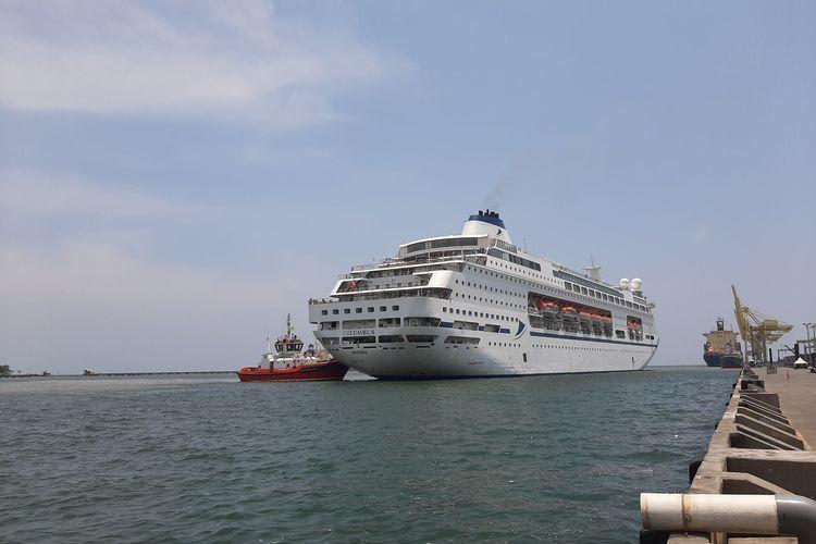Kapal Pesiar MV Colombus saat hendar bersandar di pelabuhan Tanjung Emas Semarang, Jumat (13/3/2020)