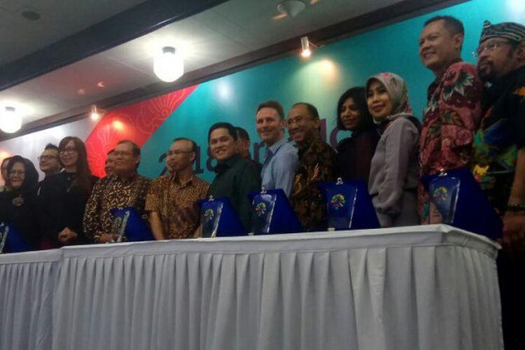 Ketua Umum Inasgoc Erick Thohir berpose dengan para perwakilan 10 perguruan tinggi di Indonesia pada acara Program Broadcast Legacy Asian Games 2018 di Kantor Inasgoc Jakarta, Rabu (17/1/2018).