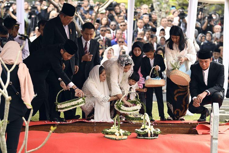 Presiden RI keenam Susilo Bambang Yudhoyono (kedua kiri) didampingi Agus Harimurti Yudhoyono (kanan) beserta istri dan anak, serta Edhi Baskoro Yudhoyono (kiri) beserta istri dan anak menaburkan bunga di makam Ibu Ani Yudhoyono di Taman Makam Pahlawan Kalibata, Jakarta, Minggu (2/6/19). ANTARA FOTO/Puspa Perwitasari/nz
