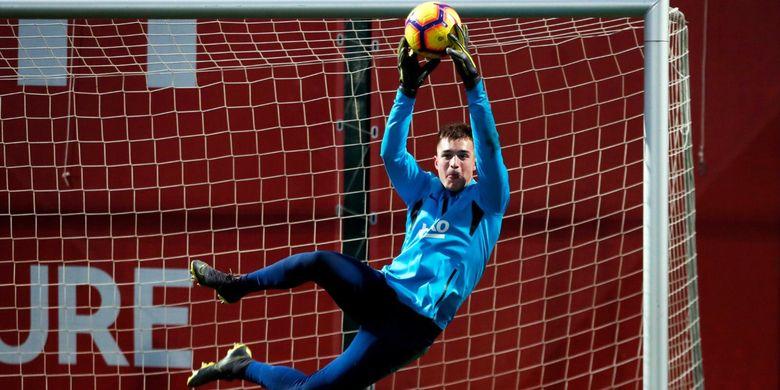 Arnau Tenas saat mengikuti sesi latihan bersama tim utama Barcelona