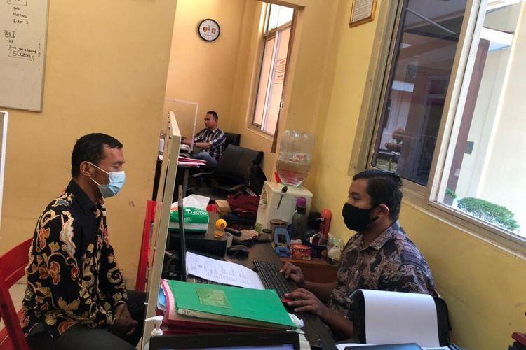 Pelaku Penganiayaan dan mengaku anggota Polda Banten ditangkap, Jumat (7/5/2021). Pelaku saat diperiksa di Polres Lebak.