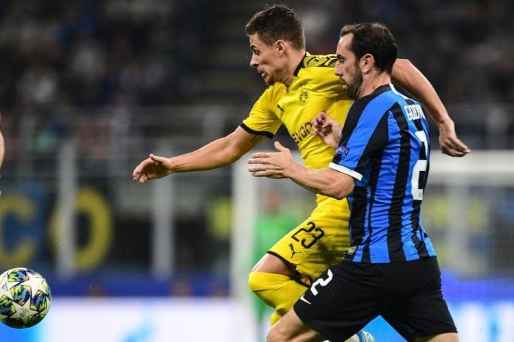 Diego Godin menjaga Thorgan Hazard pada pertandingan Inter Milan vs Borussia Dortmund dalam lanjutan Liga Champions di Stadion Giuseppe Meazza, 23 Oktober 2019.