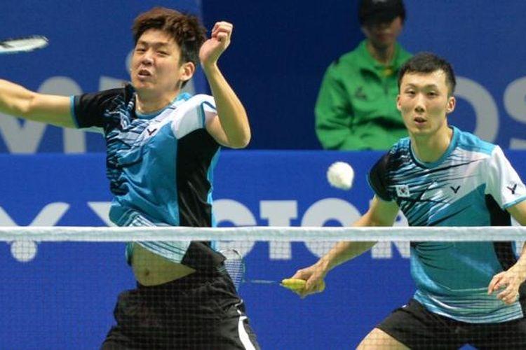 Pebulu tangkis Korea, Lee Yong-dae (kiri) dan Yoo Yeon Seong melakukan serangan terhadap ganda Jepang, Hiroyuki Endo/Kenichi Hayakawa pada babak semifinal China Open Superseries Premier 2013, Sabtu (16/11/2013). Ko/Soo menang 21-19, 19-21, 21-11.