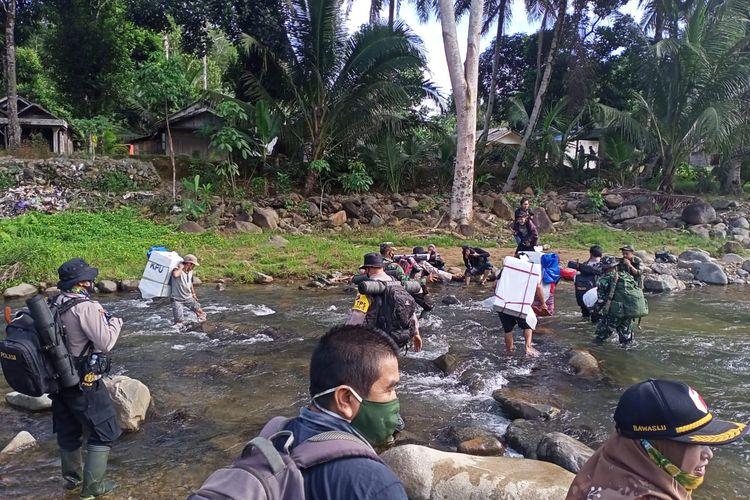 Personil TNI Polri mengawal distribusi logistik Pilkada hingga ke desa atau pelosok terpencil, Minggu (6/12/2020).