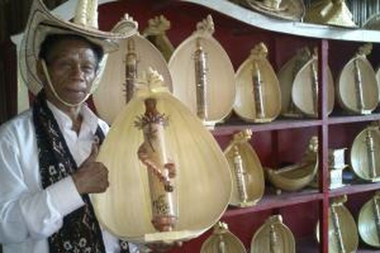 Jeremias Pah, seorang pengrajin dan pemain alat musik Sasando saat ditemui di Rumah Pengrajin Sasando