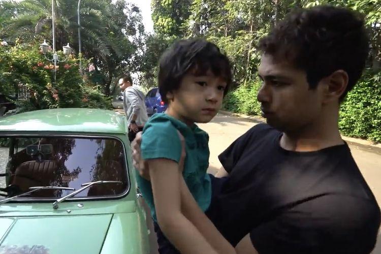 Raffi Ahmad dan Rafathar melihat mobil klasik seharga Rp 700 juta.