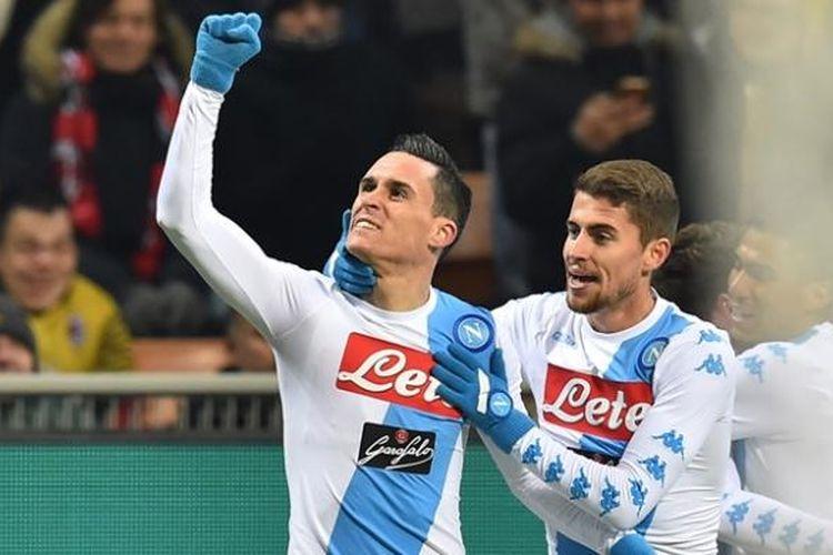 Penyerang Napoli asal Spanyol, Jose Maria Callejon (kiri), melakukan selebrasi bersama rekan setimnya, usai mencetak gol ke gawang AC Milan dalam laga Serie A di Stadion San Siro, Milan, Sabtu (21/1/2017).
