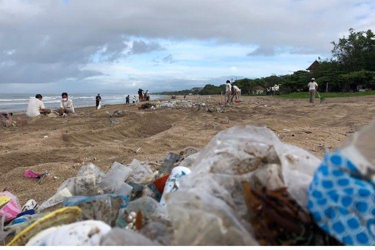 Sampah terdampar di Pantai Legian, Minggu (3/1/2021).