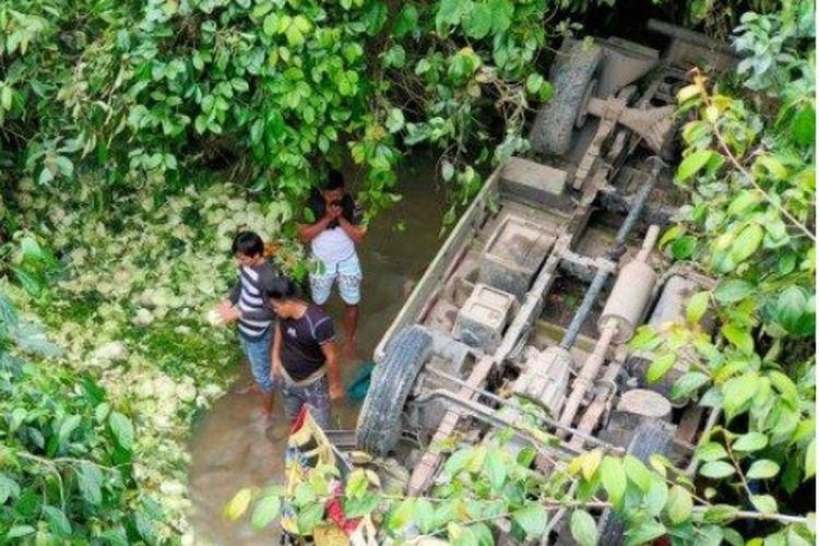 Truk bermuatan sayur masuk ke jurang sedalam 10 meter di Kerinci.