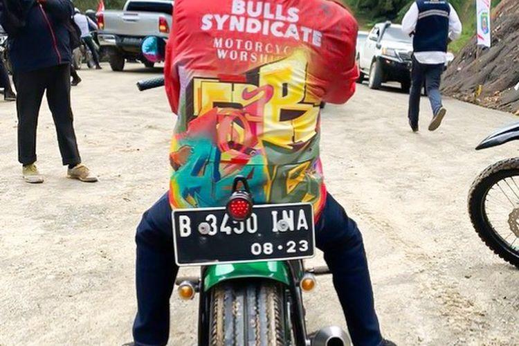 Presiden Joko Widodo mengenakan jaket dengan desain custom dari Never Too Lavish saat berkunjung ke Kalimantan Utara.