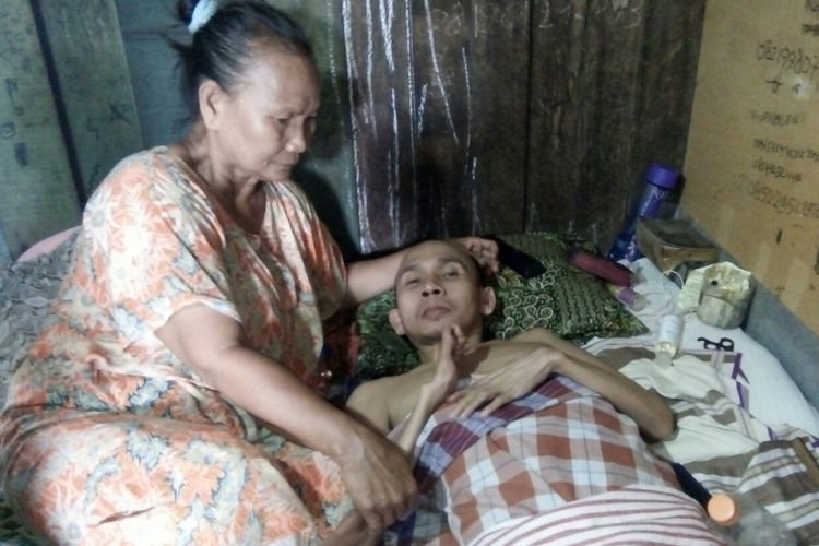 Silihwarni (37), warga Desa Buko RT 2 RW 4 Kecamatan Wedung, Kabupaten Demak, Jawa Tengah, tergeletak di kasur akibat kelumpuhan yang dideritanya sejak belasan tahun lalu. Foto diambil pada  Sabtu (14/10/2017).