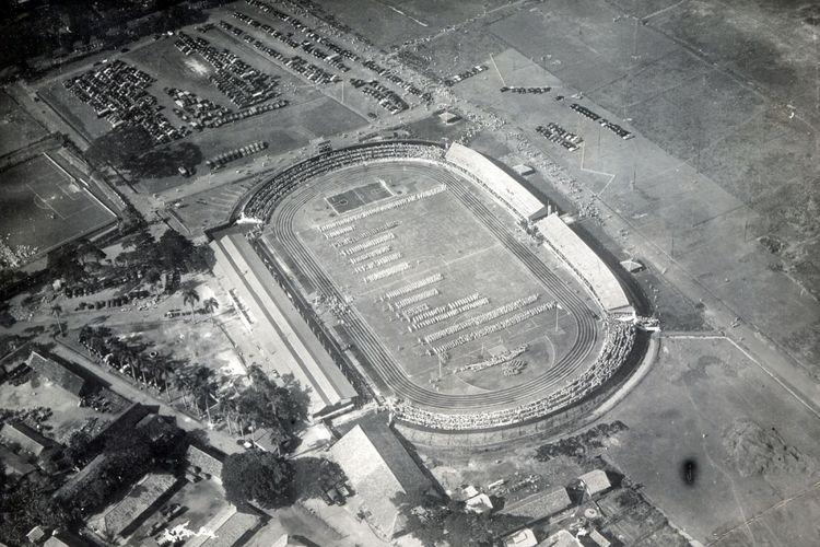 Pemandangan dari udara mengenai peristiwa penting dalam sejarah Indonesia: Pembukaan Pekan Olahraga Nasional di Stadion IKADA pada tanggal 21 Oktober 1951.