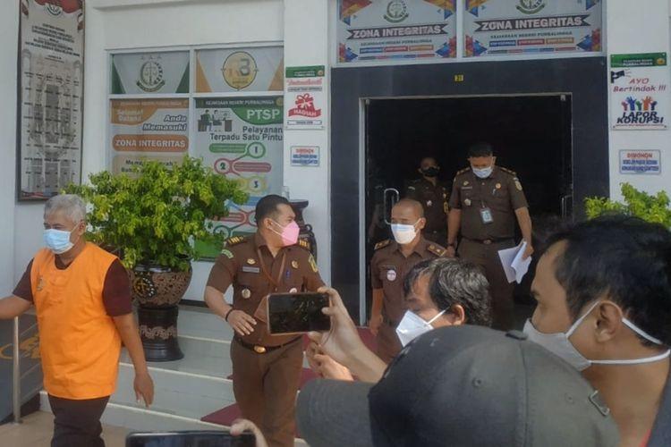 Mantan Camat Purbalingga, RM (55) (rompi jingga) digelandang petugas Kejaksaan Negeri Purbalingga setelah ditetapkan tersangka kasus dugaan korupsi dana APBD tahun 2017-2020, Senin (23/8/2021).