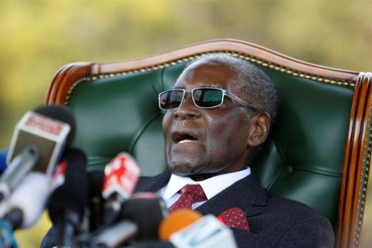 Mantan Presiden Zimbabwe Robert Mugabe saat tampil dalam konferensi pers di kediamannya di Harare, sehari jelag pemilu, Minggu (29/7/2018).