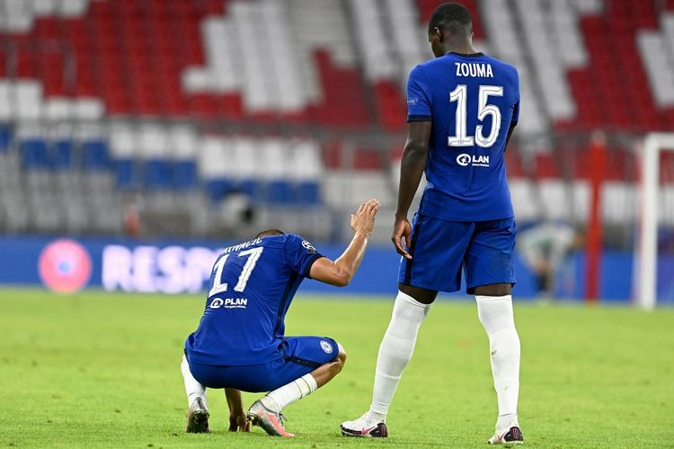 Gelandang Chelsea, Mateo Kovacic (kiri) dan rekan setimnya, Kurt Zouma, tertunduk lesu usai kekalahan tim mereka pada laga Bayern vs Chelsea, di Allianz Arena, Sabtu (8/8/2020) atau Minggu dini hari WIB.