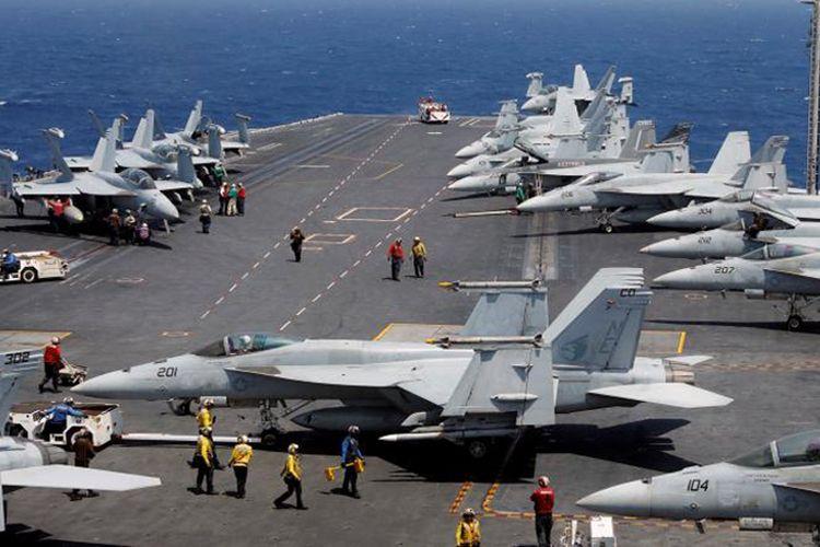 Pasukan Angkatan Laut Amerika Serikat di kapal induk Carl Vinson dalam latihan rutin di Laut China Selatan, 3 Maret 2017.
