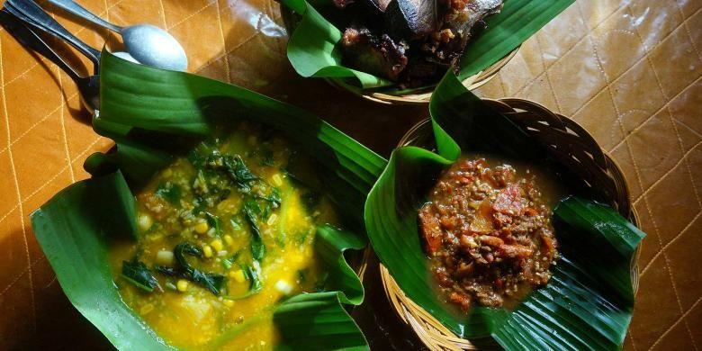 Sajian Tinutuan atau Bubur Manado dengan sambal roa dan ikan cakang fufu goreng.