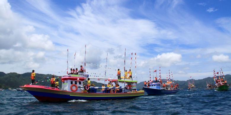 Kapal dan Perahu Nelayan melintasi Selat Lembeh dalam rangka ikut serta ambil bagian dalam pelaksanaan Festival Selat Lembeh 2013.
