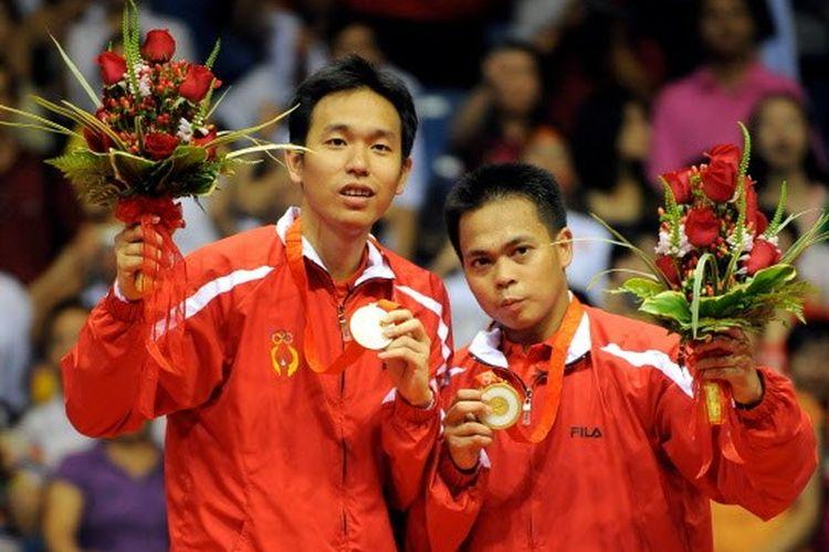 Ganda putra Indonesia, Hendra Setiawan (kiri) dan Markis Kido (kanan), ketika meraih medali emas Olimpiade Beijing 2008.