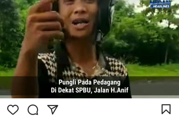 Pemuda ini ngotot untuk meminta uang kepada penjual bakso bakar di Jalan H. Anif, Medan. Videonya viral di media sosial. Polsek Percut Sei Tuan berhasil menangkap keduanya dan berdamai dengan korbannya.