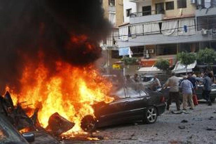 Sebuah bom mobil meledak di kawasan Bir al-Abed, Beirut yang banyak dihuni warga Syiah dan merupakan basis utama kelompok Hezbollah. Insiden yang terjadi , Selasa (9/7/2013) ini mencederai 15 orang warga.