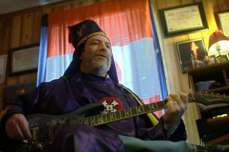 Pemimpin Ku Klux Klan di negara bagian Missouri, AS, Frank Ancona, mengenakan jubahnya. (YouTube/Reel Truth Documentaries).