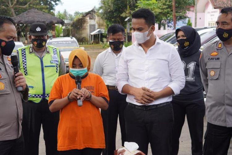 Jajaran Polres Malang saat merilis hasil ungkap kasus penggelapan 19 mobil di Polsek Tumpang, Kabupaten Malang, Senin (22/2/2021)