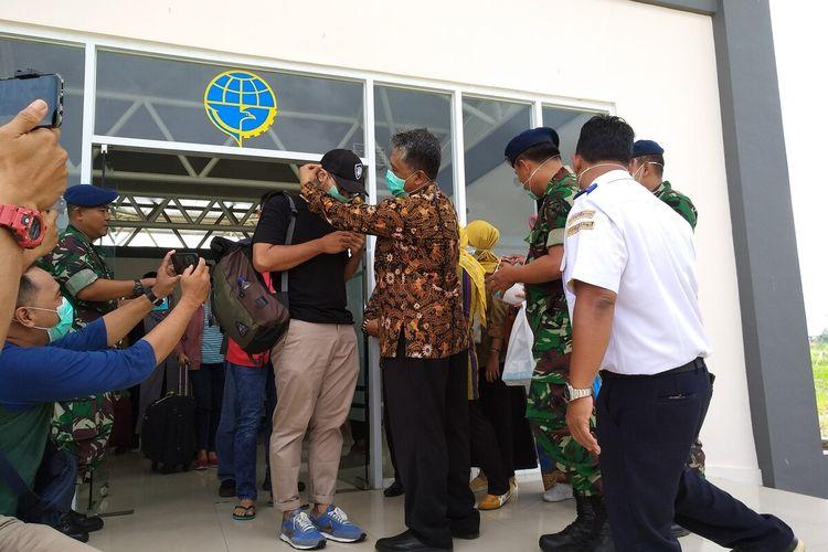 Dinas Kesehatan Kota Tasikmalaya saat memberikan masker upaya pencegahan virus Corona di Bandara Wiriadinata Kota Tasikmalaya beberapa waktu lalu.