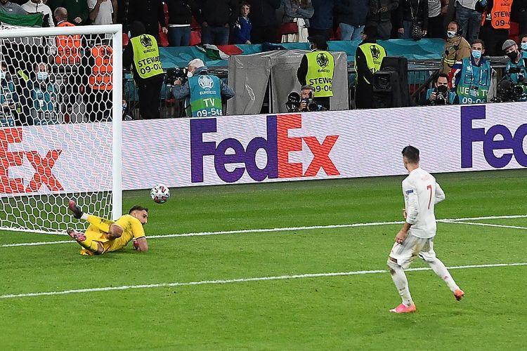 Striker Spanyol Alvaro Morata (putih) saat menembak dan gagal dalam adu penalti pada pertandingan semifinal Euro 2020 antara Italia vs Spanyol di Stadion Wembley London pada 6 Juli 2021.