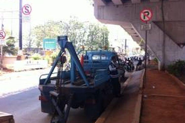 Dinas Perhubungan DKI Jakarta melakukan penertiban di Jalan Kyai Haji Hasyim Ashari, Selasa (23/9/2014).