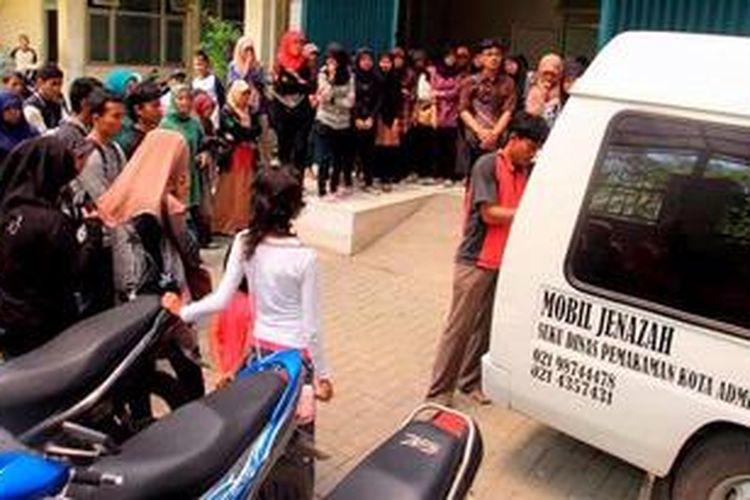 Teman dan saudara Annisa Azwar (20), mahasiswa Ilmu Keperawatan Universitas Indonesia, melepas jenazah Annisa dari RSUD Koja, Jakarta Utara, menuju kampung halamannya di Agam, Sumatera Barat, Minggu (10/2/2013). Annisa diduga meloncat dari angkutan kota karena khawatir jadi sasaran kejahatan dalam perjalanan menuju Pademangan Rabu (6/2/2013) sore.