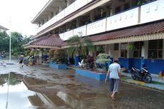 Banjir Rendam Permukiman Kemang, Warga Mengungsi di SDN Bangka 07