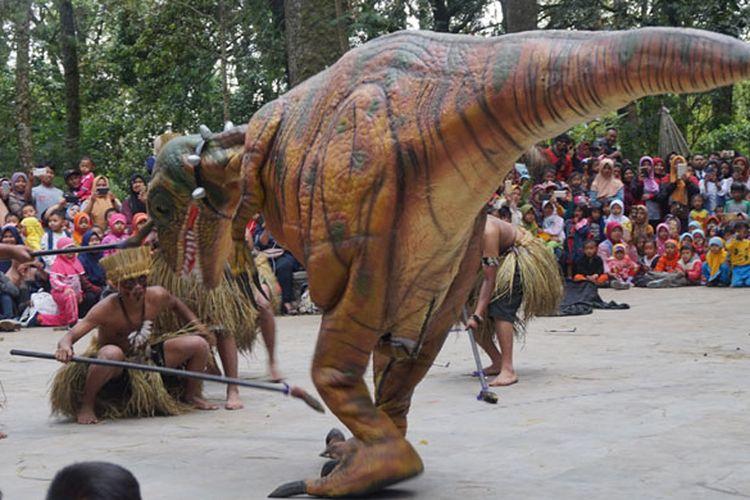 Acara Dino Show yang digemari anak-anak di Mojosemi Forest Park, Kabupaten Magetan, Jawa Timur, Rabu (23/1/2019).