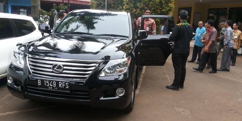 Pelaksana Tugas (Plt) Gubernur DKI Jakarta Sumarsono saat akan memasuki mobil dinasnya usai kunjungan ke Kantor Kelurahan Duren Sawit, Jakarta Timur, Jumat (30/12/2016). Tampak mobil dinasnya sudah menggunakan pelat B 1549 RFS.