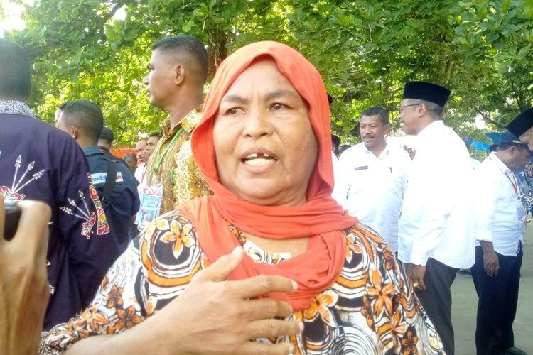 Salah satu pengungsi gempa di Desa Tuleu, Kecamatan Salahutu, Kabupaten Maluku Tengah, Siti Alwiyah Lestaluhu mengeluhkan kondisi tendanya yang sobek di lokasi pengungsian desa tersebut, Selasa (29/10/2019),