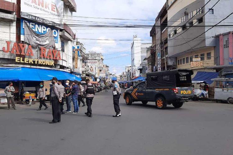 Satuan Gugus Tugas Covid-19 menutup paksa toko non-esensial yang masih bandel membuka pelayanan selama PPKM Darurat hari kelima di Kota Tasikmalaya, Rabu (7/7/2021).