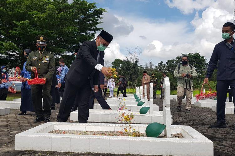 Gubernur Erzaldi Rosman saat tabur bunga di taman makam pahlawan Pawitralaya, Selasa (10/11/2020).