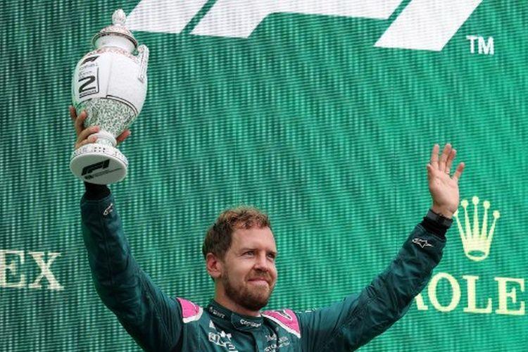 Pebalap Aston Martin, Sebastian Vettel, saati naik podium kedua balapan F1 GP Hongaria 2021 yang dihelat di Sirkuit Hungaroring, Minggu (1/8/2021) malam WIB.
