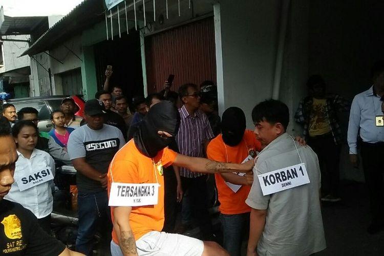 Polisi melakukan rekonstruksi pengeroyokan dua anak jalanan yang dilakukan enam orang pengemudi ojek online di Jalan Tubagus Angke, Angke, Tambora pada Senin (5/3/2018).