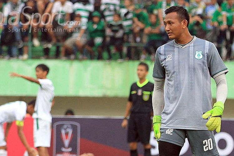 Kiper PSMS Medan, Abdul Rohim, saat tampil melawan Persebaya Surabaya pada babak 8 besar Piala Presiden 2018 di Stadion Manahan Solo, Jawa Tengah, Sabtu (03/02/2018) sore.