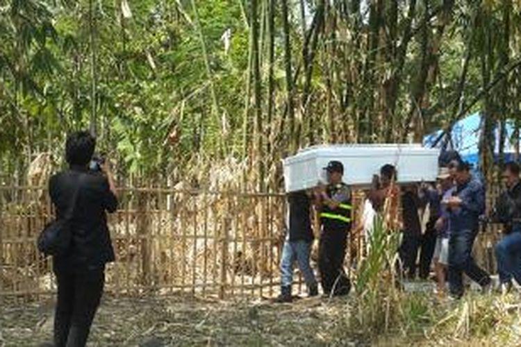 Keluarga mengangkat peti jenazah Hayriantira setelah dikeluarkak dari TPU Cibunar, Garut, Jawa Barat, Jumat (7/8/2015).