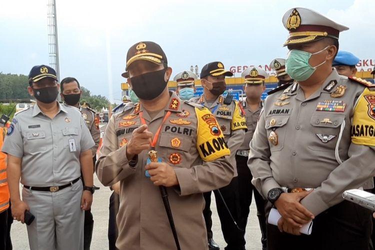 Kapolda Jateng Irjen Ahmad Luthfi saat melakukan pengecekan Pos Pengamanan di Tol Kalikangkung Semarang, Sabtu (30/5/2020)