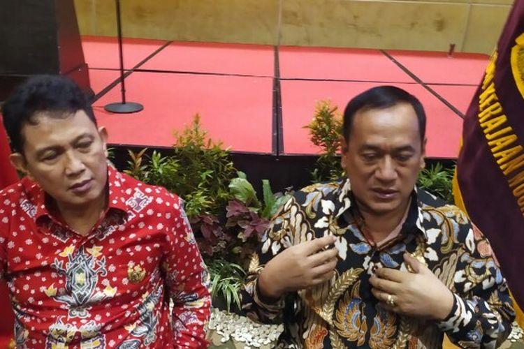 Ketua Harian Majelis Adat Kerajaan Nusantara (MAKN), KPH Eddy Wirabhumi menyikapi kemunculan kerajaan-kerjaan yang bermunculan belakangan terakhir yang tersebar di berbagai wilayah. Dia meminta kepolisian untuk mengusut tuntas kerajaan muncul belakangan ini yang dinilai mengada-ada atau palsu.