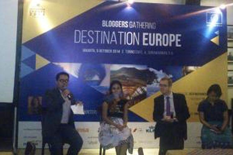 Travel Blogger Gathering dihadiri oleh Wakil Duta Besar Uni Eropa untuk Indonesia, Colin Crooks, Perwakilan Travel Blogger, Marischka Prudence dan Penerima Beasiswa Erasmus Mundus Master Programme in Public Policy (MUNDUS MAPP) 2011-2013, Bunga Manggiasih, Senin (6/10/2014)