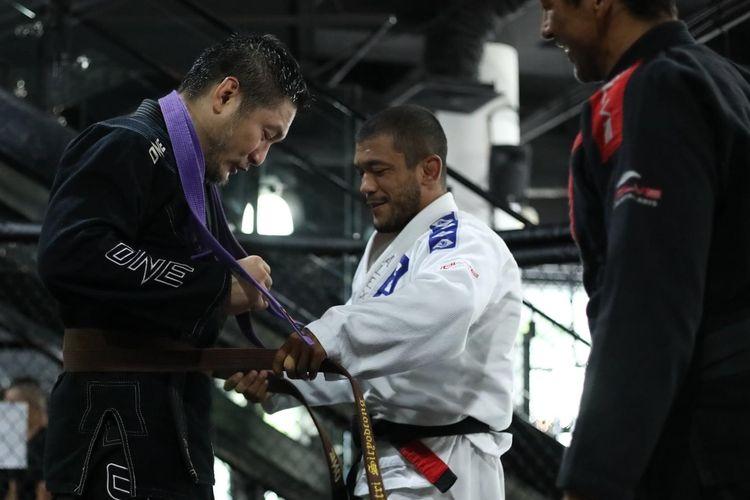 Chairman dan CEO ONE Championship, Chatri Sityodtong, mendapat sabuk cokelat Brazilian Jiu-Jitsu (BJJ).