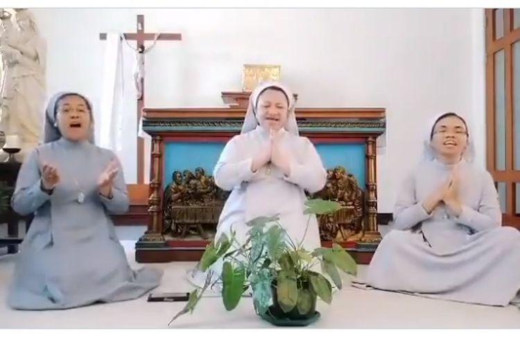 Suster Katolik dari Konggregasi PBHK menyanyikan lagu Idul Fitri bagi warga Muslim yang merayakan Hari Raya Idul Fitri.