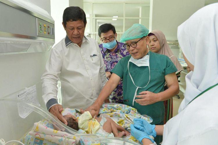 Rumah Sakit Badan Penguasaan (RSBP) Batam menyiakan 30 tenaga medis untuk proses operasi pemisahan bayi kembar siam pasangan Suci dan Risky, warga Nongsa, Batam, Kepulauan Riau (Kepri) yang lahir 7 Desember 2019 lalu.