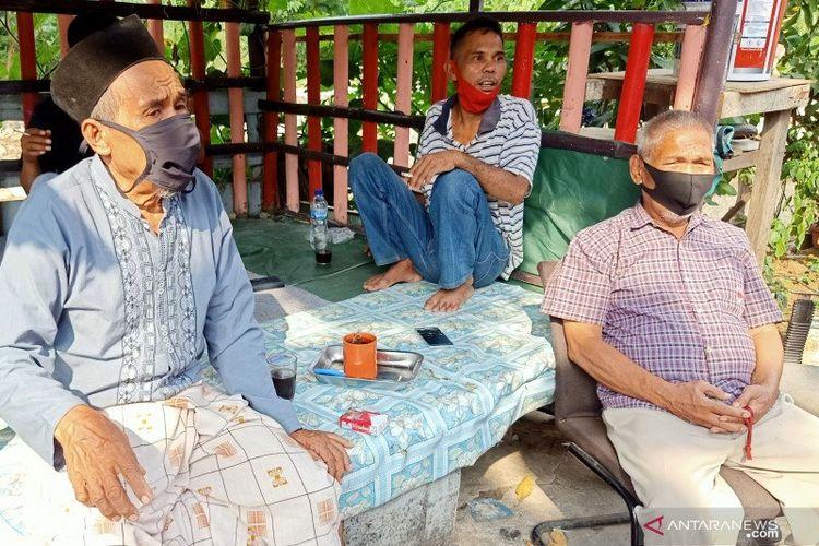 Ketua RT015 RW07 Kelurahan Jati, Kecamatan Pulo Gadung, Suraji (kiri), saat berdialog dengan warga terkait persoalan distribusi bantuan sosial Pemprov DKI, di Pulo Gadung, Jakarta Timur, Rabu (1/7/2020).